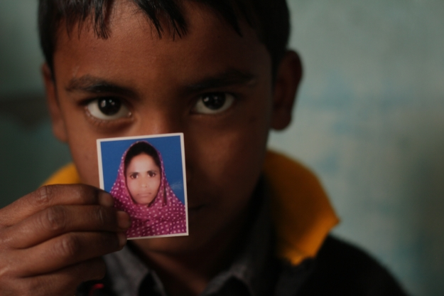 rana_plaza_victim_image_little_boywithphoto_rainbow_collective.co.uk